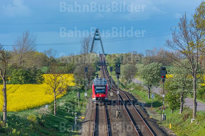 Ein Regionalzug vor der Fehmarnsundbrücke in Schleswig-Holstein