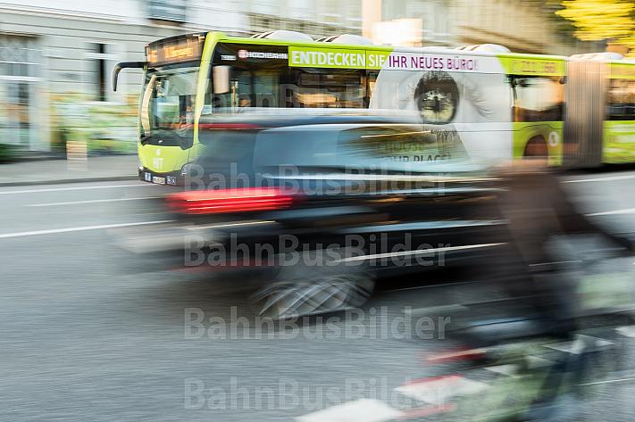 Intermodaler Verkehr: HVV-Busse, Autoverkehr und Radfahrer teilen sich den Verkehrsraum in der Feldstraße in Hamburg