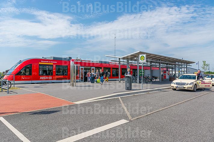 Menschen (Touristen) steigen aus Regionalzug im neuen Bahnhof Burg auf Fehmarn in Schleswig-Holstein