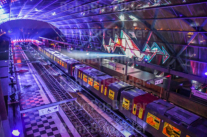 Der Eröffnungszug am neuen U-Bahnhof Elbbrücken in Hamburg
