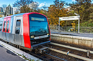 Ein U-Bahn-Zug der Baureihe DT5 in der Haltestelle Landungsbrücken im Hamburger Hafen