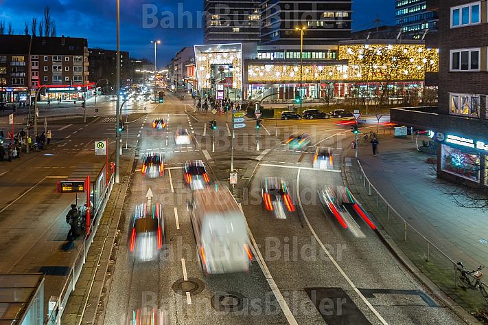 Auto-Verkehr zur abendlichen Rush-Hour an der Mundsburg in Hamburg