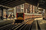 U-Bahn am Rödingsmarkt in Hamburg im Gegenlicht