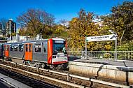Ein U-Bahn-Zug der Baureihe DT3 in der Haltestelle Landungsbrücken im Hamburger Hafen