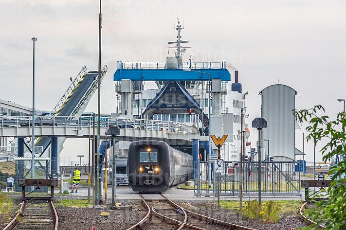 IC3 verlässt Eisenbahnfähre in Puttgarden