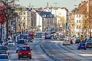 Busspuren der hochbelasteten Metrobuslinie M5 in der Hoheluftchaussee in Hamburg