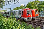 Zwei Hamburger S-Bahnen begegnen sich bei Frühlingswetter auf der Verbindungsbahn am Dammtor
