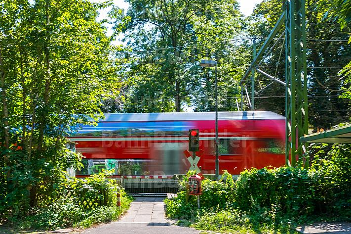 Regionalzug quert Bahnübergang Schloßgarten in Hamburg-Wandsbek
