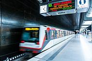 Ein U-Bahn-Zug vom Typ DT4 fährt in der Haltestelle HafenCity Universität in Hamburg ab