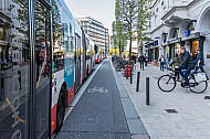 Ein HVV-Linienbus steht teilweise auf einer Fahrradspur am Gänsemarkt in Hamburg