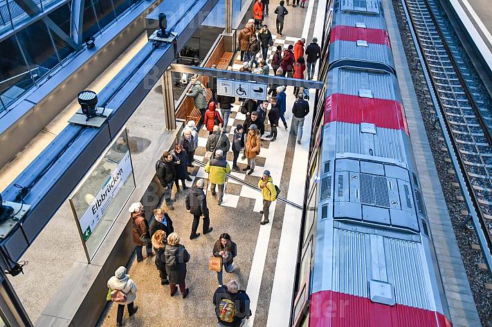 U-Bahnhof Elbbrücken in Hamburg auf dem Bahnsteig vor einem Zug