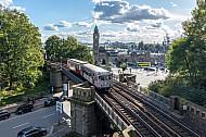 Ein historischer U-Bahnzug vom Typ TU auf der Linie U3 vor den Landungsbrücken in Hamburg