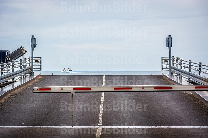 Laderampe im dänischen Fährhafen Rödby an der Vogelfluglinie. Im Hintergrund eine Scandlines-Fähre auf dem Fehmarnbelt.