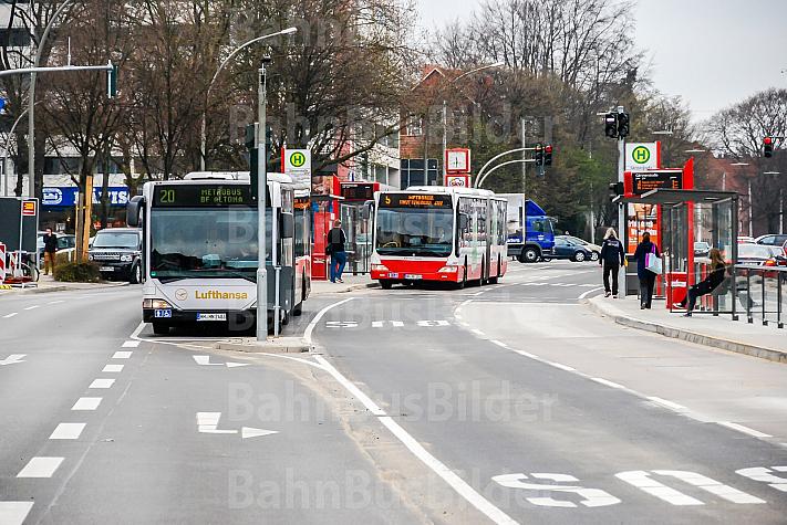 Zwei Metrobusse an der Haltestelle Gärtnerstraße in Hamburg
