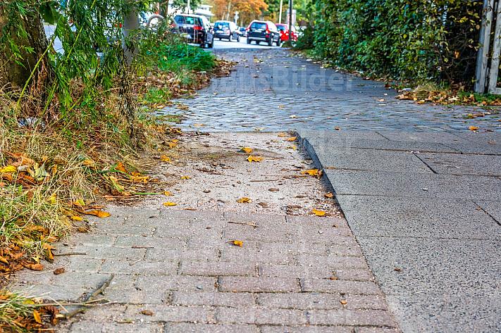 Ein maroder Fahrradweg an der Volksparkstraße in Hamburg