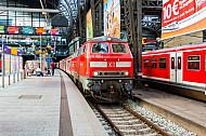 Diesellok der Baureihe 218 mit Regionalbahn im Hamburger Hauptbahnhof