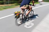 Ein Fahrradfahrer fährt auf einem modernen Radweg in Hamburg