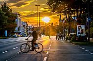 Fahrradfahrer fahren bei Sonnenuntergang auf der Schröderstiftstraße am Schlump in Hamburg