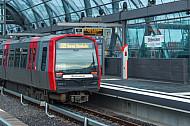 Ein Zug der U-Bahnlinie U4 in der Haltestelle Elbbrücken in Hamburg
