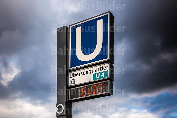 Ein Haltestellenschild mit U-Bahn-Piktogramm an der Haltestelle Überseequartier in Hamburg