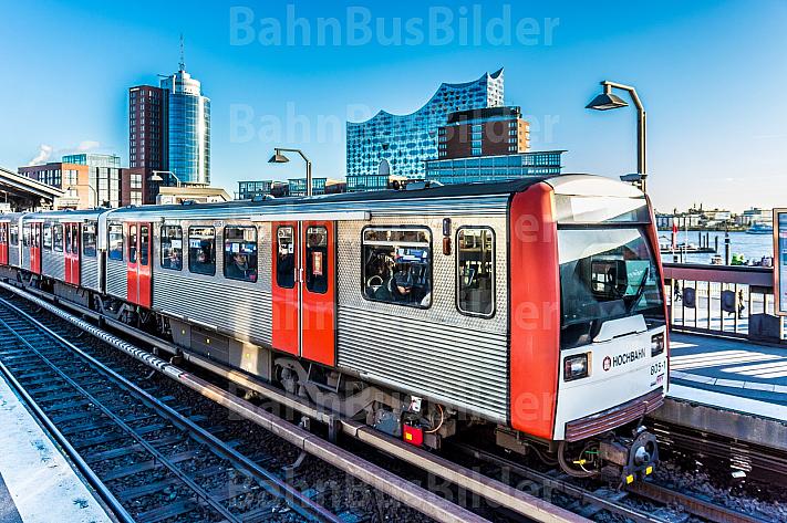 Ein U-Bahn-Zug vom Typ DT3 in der Haltestelle Baumwall vor der Elbphilharmonie in Hamburg