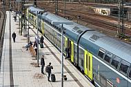 Menschen stehen vor einem Doppelstockzug der Deutschen Bahn auf einem Bahnsteig im Hamburger Hauptbahnhof