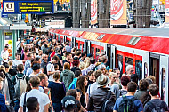 Menschenmassen an einer S-Bahn im Hamburger Hauptbahnhof