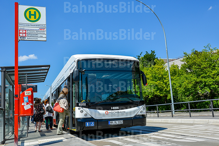 Doppelgelenkbus an der Staatsbibliothek in Hamburg