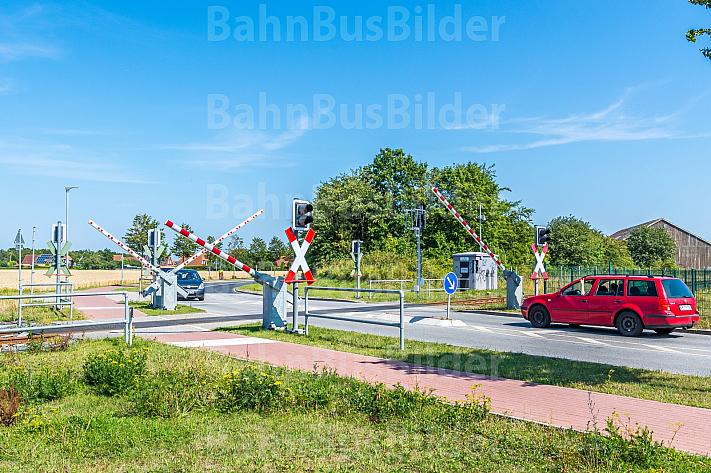 Autos warten an Bahnübergang