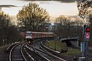 Ein U-Bahn-Zug vom Typ DT3 in Wandsbek-Gartenstadt in Hamburg an einem Wintertag