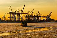 Eine Hafenfähre im Eis in Hamburg