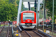 Ein Zug der Hamburger S-Bahn auf dem Weg zum Flughafen/Airport