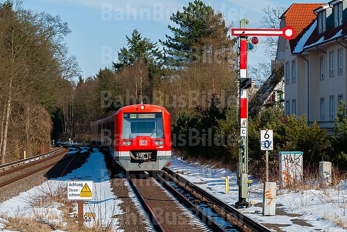 S-Bahn im Schnee im Bahnhof Klein Flottbek in Hamburg mit Schild