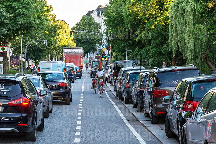 Autofahrer stehen im Hofweg in Hamburg im Stau und werden von Fahrradfahrern auf einer eigenen Spur überholt