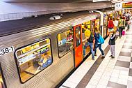 U-Bahn in der Haltestelle Feldstraße in Hamburg