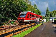 Menschen steigen in einen Sonderzug auf einer stillgelegten Bahnstrecke in Rendsburg-Seemühlen in Schleswig-Holstein