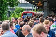 Dicht gedrängt: Fußball-Fans  warten nach einem Spiel des Hamburger SV am S-Bahnhof Stellingen auf eine einfahrende S-Bahn