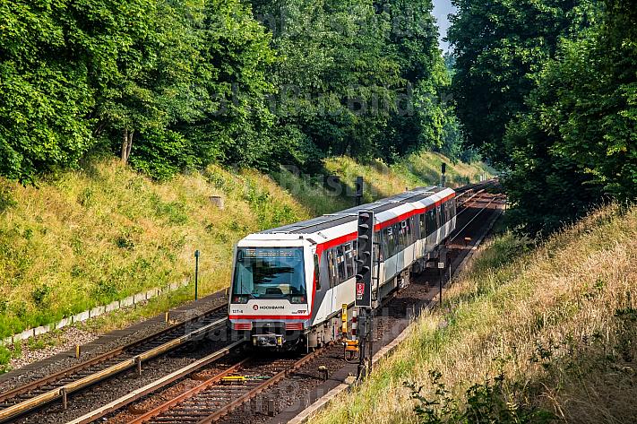 U-Bahn vom Typ DT4 bei Hagenbecks Tierpark in Hamburg