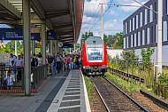 Menschen steigen in Hamburg-Rahlstedt aus Regionalbahn nach Ahrensburg