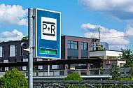 Verkehrsschild für Park and Ride-Anlage am Bahnhof Rahlstedt in Hamburg