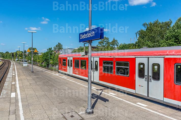 Ein S-Bahn-Zug in der Haltestelle Diebsteich in Hamburg. Diese Station soll für den neuen Fernbahnhof Altona weichen