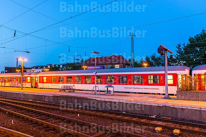 Schlafwagenzug im Abendlicht im Bahnhof Hamburg-Altona