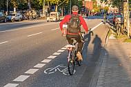 Zwei Fahrradfahrer fahren auf einem Schutzstreifen in Hamburg in der Feldstraße