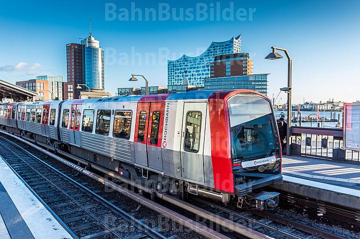 Ein U-Bahn-Zug vom Typ DT5 in der Haltestelle Baumwall vor der Elbphilharmonie in Hamburg