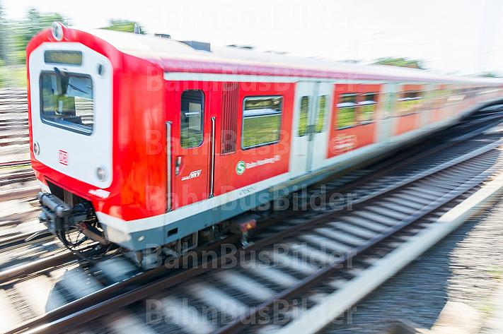 Ein S-Bahn-Zug der Baureihe 472 fährt in Hamburg über eine Weiche