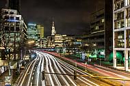 Autoverkehr bei Nacht auf der Willy-Brandt-Straße am Rödingsmarkt in Hamburg