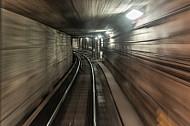 Ein U-Bahn-Tunnel in Hamburg aus Sicht eines U-Bahn-Fahrers