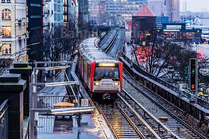 U-Bahn bei Regen im Winter an den Landungsbrücken in Hamburg