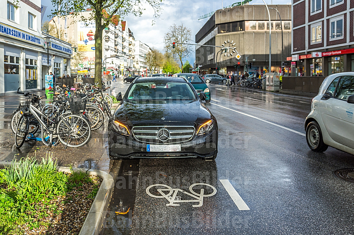 Ein Falschparker blockiert einen Fahrrad-Schutzstreifen in der Osterstraße in Hamburg