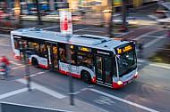 Ein HVV-Bus der Linie 111 (Hochbahn) am Baumwall am Hamburger Hafen